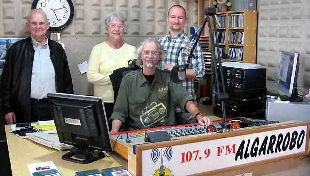 Markus Pfeffer und Eltern mit Moderator Peter Mojen bei Radio Del Sol /Radio Algarrobo, Andalusien